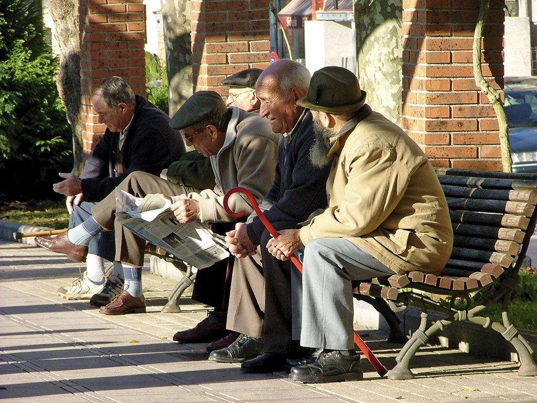 Grupo de ancianos en el parque