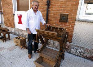 """""""Chus El Ebanista"""" con una de sus piezas"""