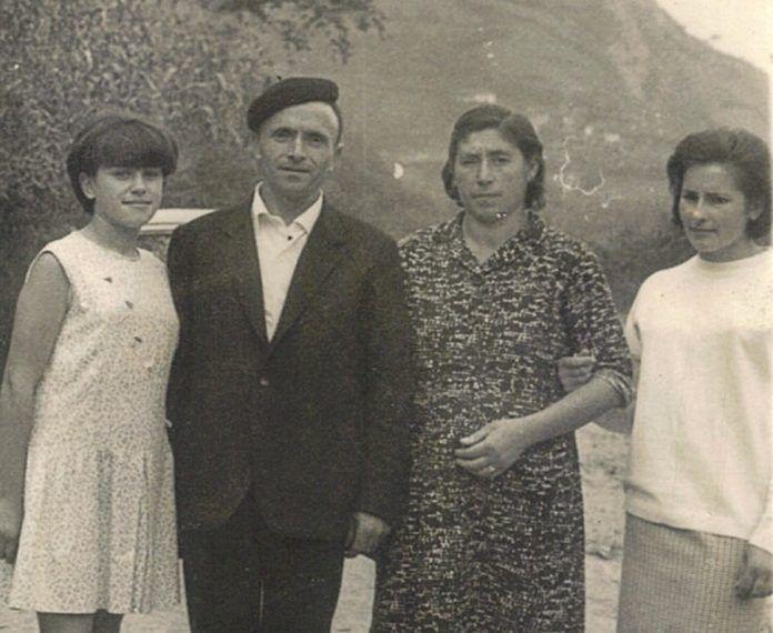 En el centro Maruja con su marido y sus dos hijas: Marina y Geli