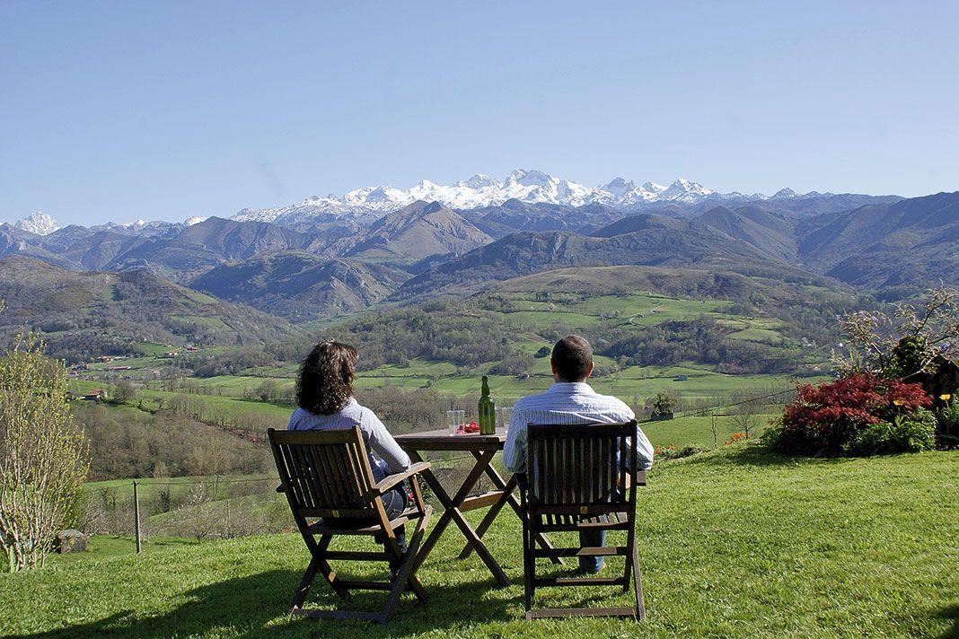 Pareja contemplando la montaña asturiana