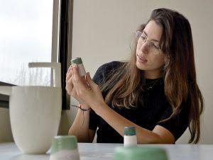 Clara González. Arquitecta y ceramista con algunas de sus creaciones
