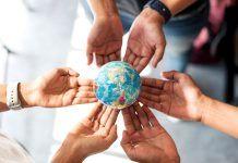manos sosteniendo planeta