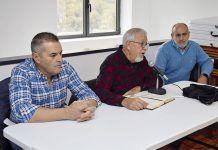 Mino García, alcalde de Morcín (izda.) y Amador García presidente de la Asociación Cultural El Vallín y un miembro de la misma
