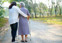 mujer anciana con andador