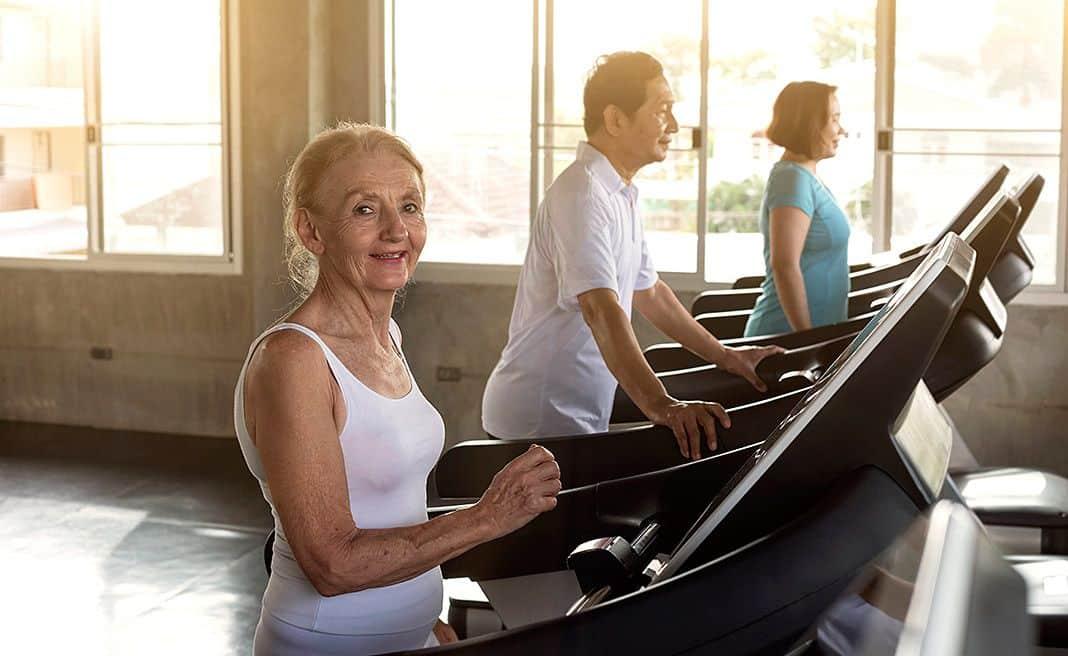 Anciana haciendo deporte