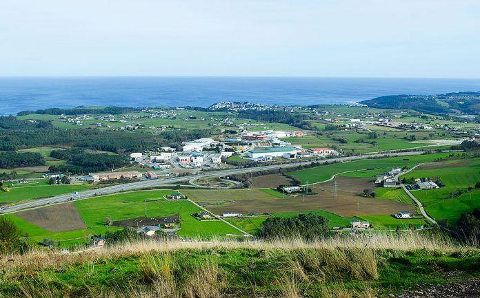 Vista parcial de la rasa costera occidental con el polígono de Río Pinto en el centro