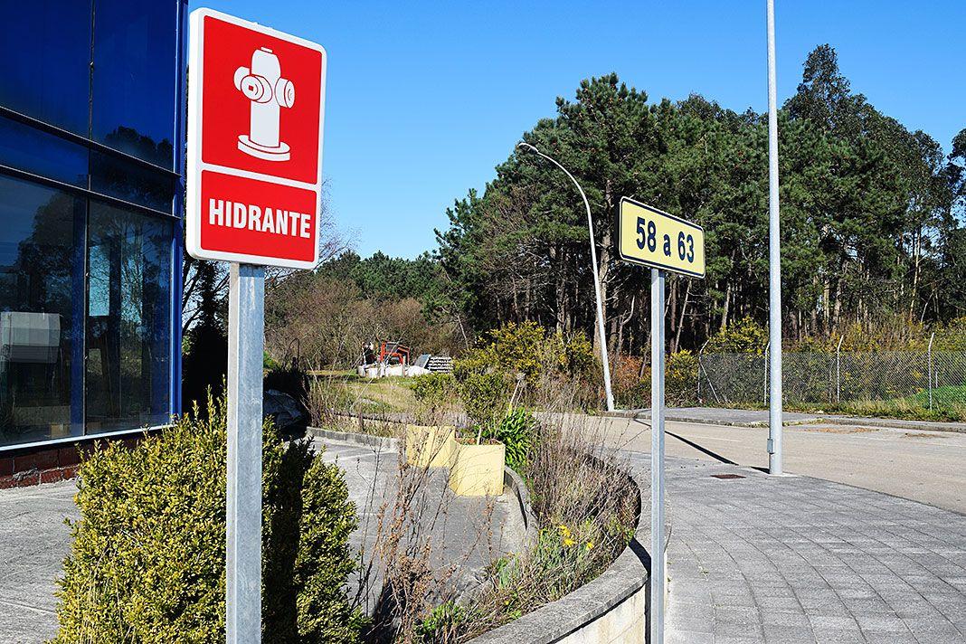 Vial con su correspondiente placa y señalización de hidrantes en el polígono de Río Pinto (Coaña)