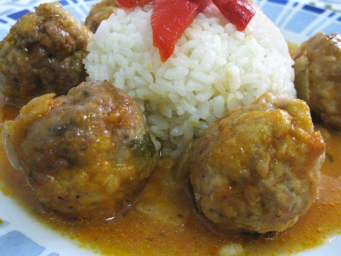 Albóndigas en salsa con arroz blanco