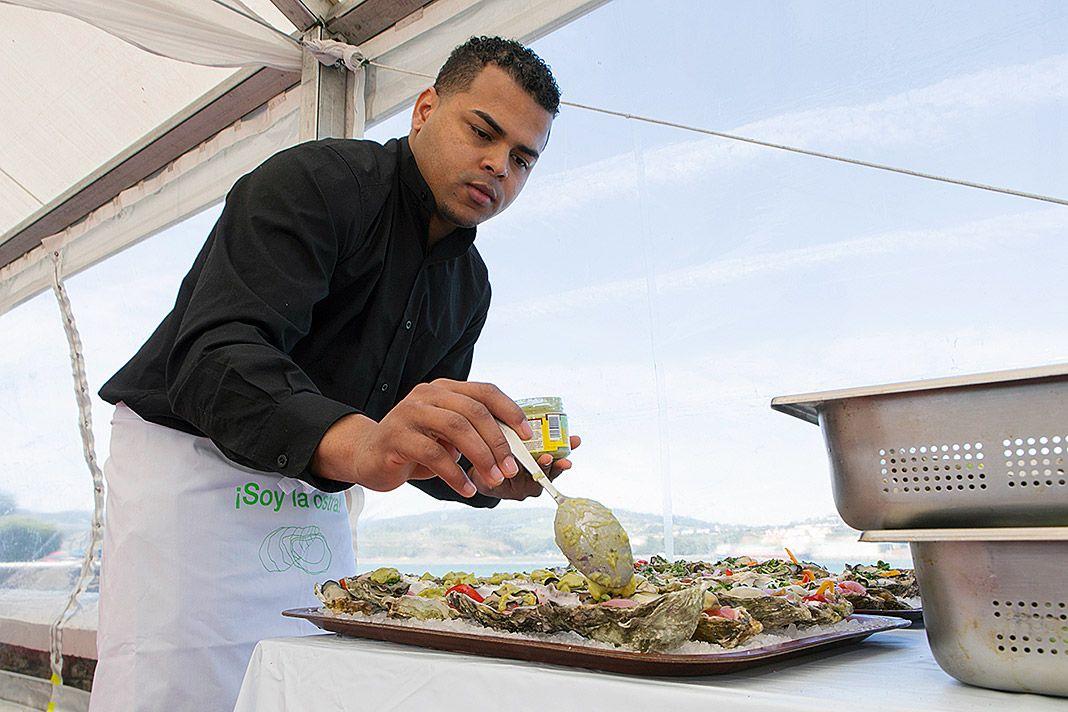 Alumno del IES Valle de Aller preparando las ostras en el Festival Somos la Ostra (Castropol)