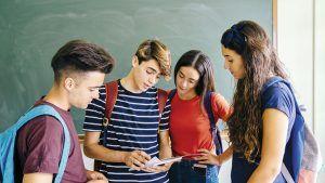 estudiantes revisando apuntes
