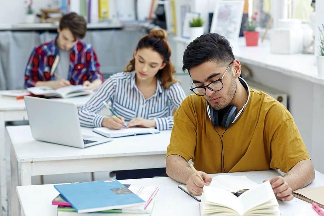 estudiantes asistiendo a una clase