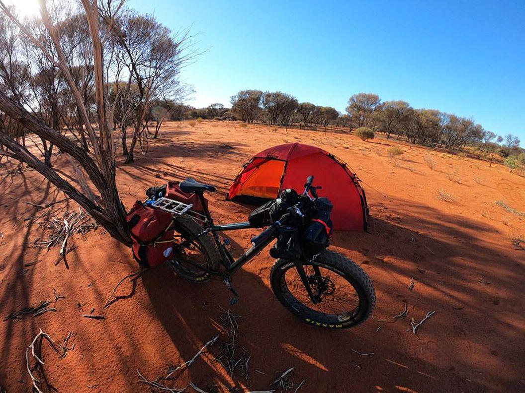 ¡Bienvenidos al outback! Hasta ahora he recorrido unos 940km. Los campos de trigo alrededor de Perth ha ido dando paso al outback australiano. Las comunidades están ya a distancias considerables, y el agua es un bien escaso (ya no la encuentro en cientos de kilómetros - 225km en el último tramo) / Foto: Juan Menéndez Granados