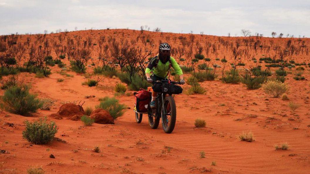 """""""Muy contento después de completar 500km sin civilización. Un camino difícil, remoto y solitario. Ahora mismo mismo estoy en Warburton, en pleno Outback. Justo en el centro de Australia"""". Juan Menéndez Granados"""
