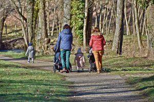 mujeres paseando a sus hijos