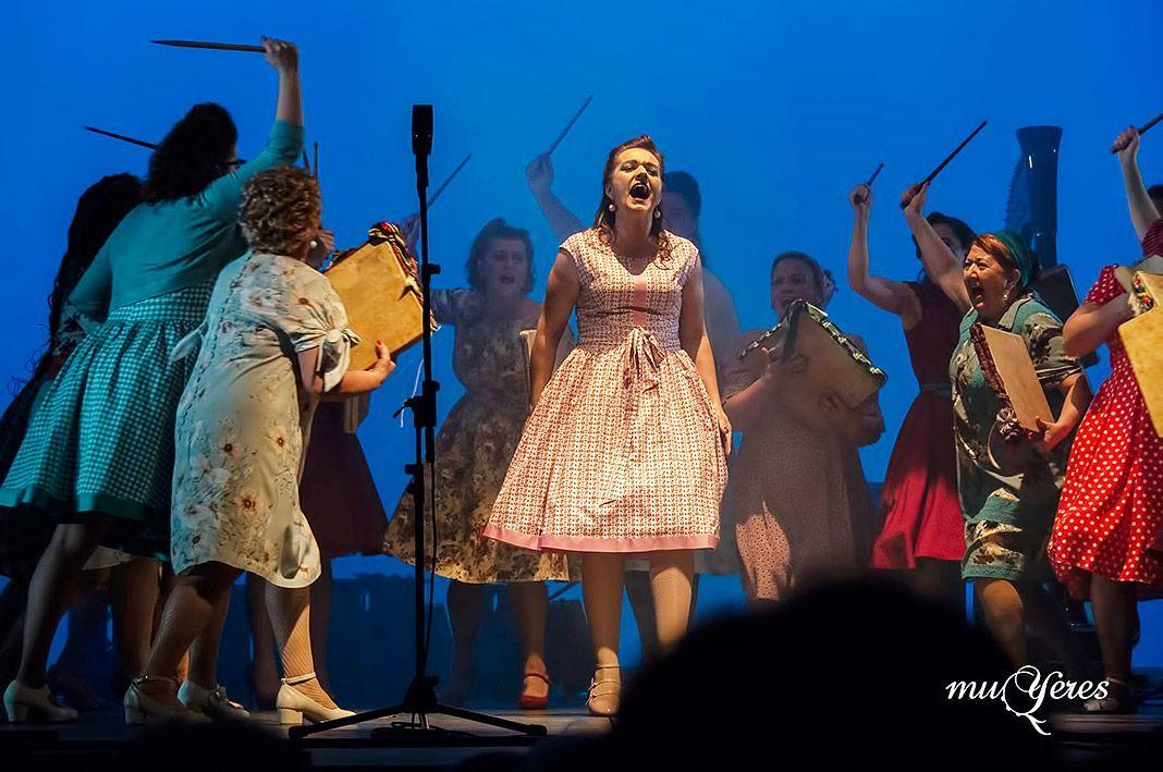 Grupo Muyeres en la representación de La Llobera