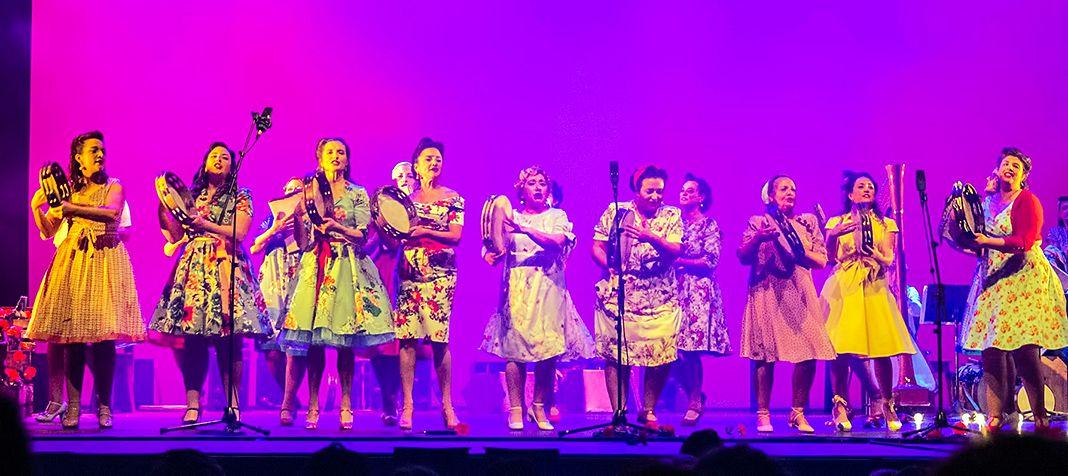 Grupo Muyeres en la representación de Laura laureada
