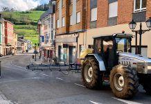 Ganederos de Tineo desinfectando las calles del municipio