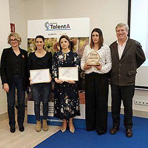 Ana Acevedo, en el centro, con el 2º premio del Programa TalentA