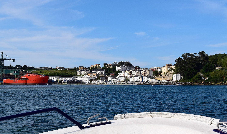 Vista de Figueras desde una embarcación (Castropol) / Foto: Fusión Asturias