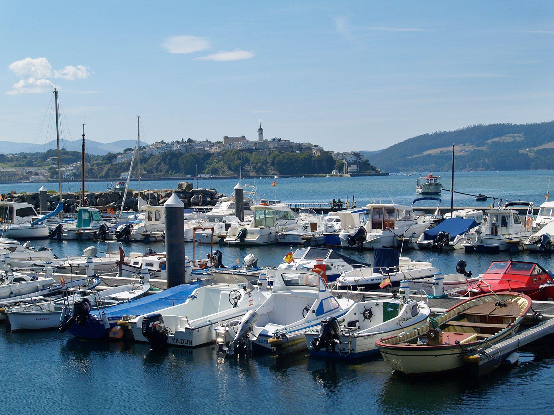 Embarcaciones en el puerto de Figueras. Al fondo, Castropol / Foto: Fusión Asturias