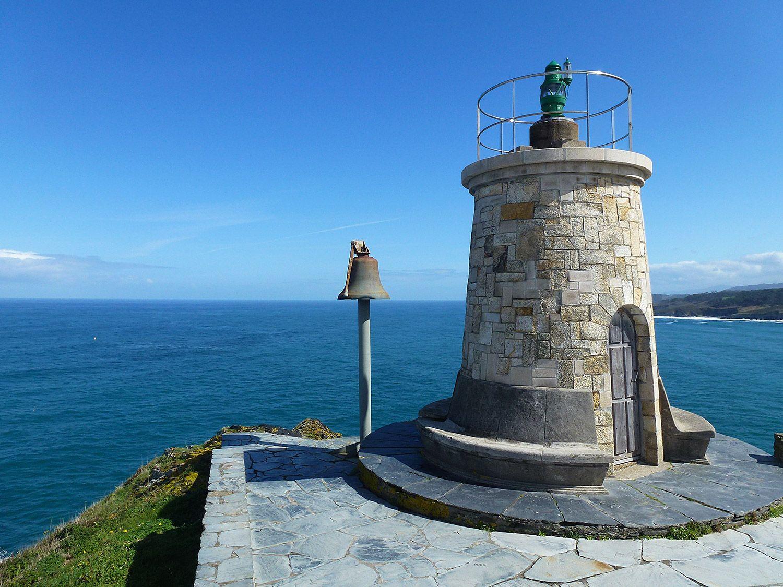 Faro antiguo de Ortiguera en el Cabo San Agustín (Coaña)