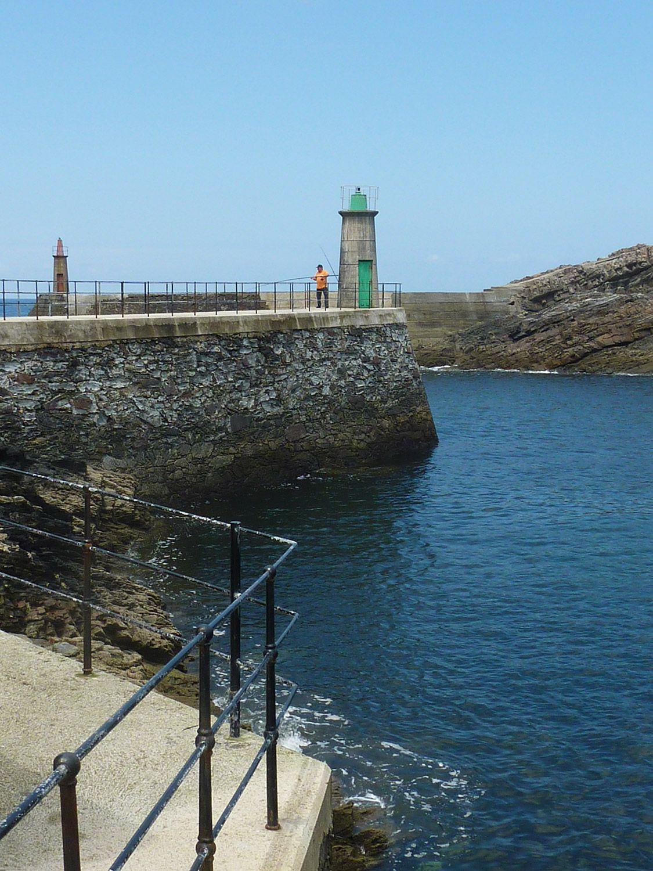 Faros en la entrada al puerto de Viavélez (El Franco) / Foto: Fusión Asturias