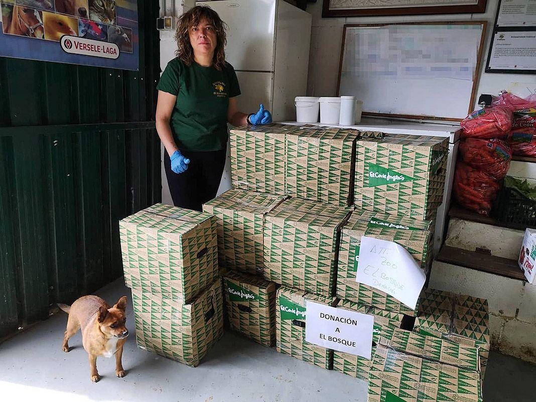 Generosa donación de El Corte Inglés de algo más de 170 kg compuesta de frutas, verduras y carnes para todos los animales de El Bosque zoológico