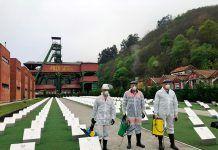 Mineros ayudando en labores de desinfección