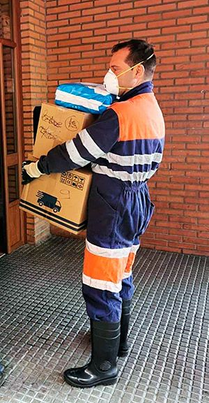 Minero ayudando a repartir productos de primera necesidad