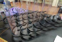 Pantallas con soporte para la visera de la gorra del uniforme de Policía Nacional de Oviedo, realizadas con impresora 3D