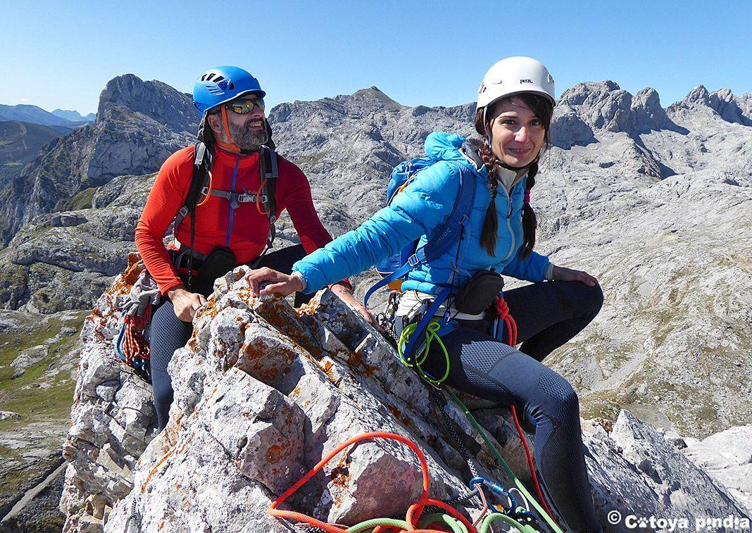 Mónica y Alejandro (Cotoya Pindia) en las Agujas de Tajahierro, en Picos de Europa