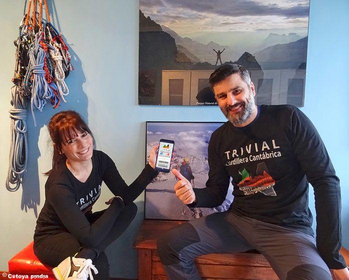 Mónica Quintans y Alejandro Olalla (Cotoya Pindia) con la nueva aplicación de montaña