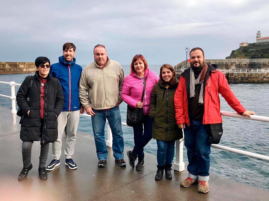 Nieves Suárez con el equipo de profesores que colaboraron en el libro