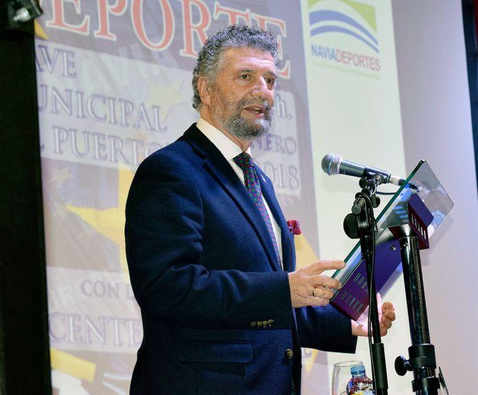 Ignacio García Palacios, alcalde de Navia, dirigiéndose al público durante una Gala del Deporte