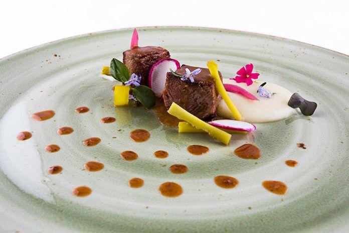 Meloso de ternera, encurtidos y emulsión tex-mex con flores de romero y verbena