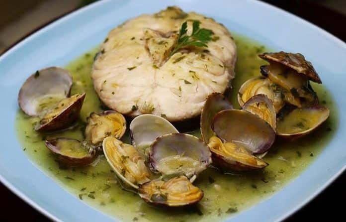 Merluza en salsa verde y shiitake al Albariño en preparación