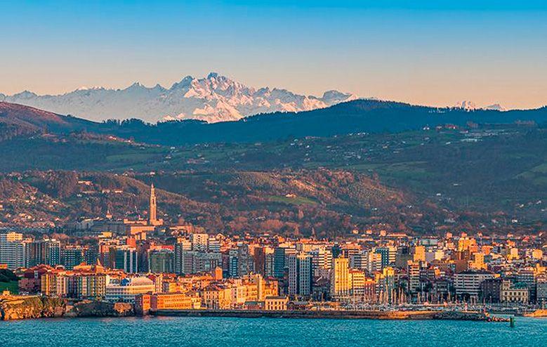 Panorámica de Gijón desde la Campa Torres con Picos de Europa de fondo