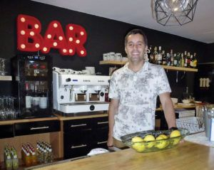 Abrahan Elías Acosta. Propietario de Magu's Burger - Drinks