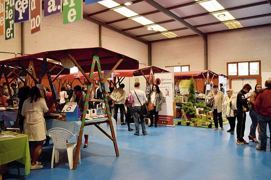 Visitantes en la Feria del Libro de Navia en una pasada edición