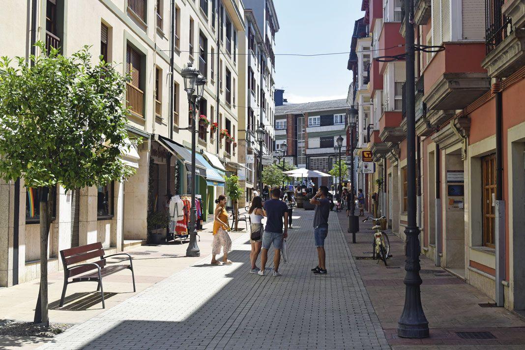 Animación en una calle céntrica de Navia