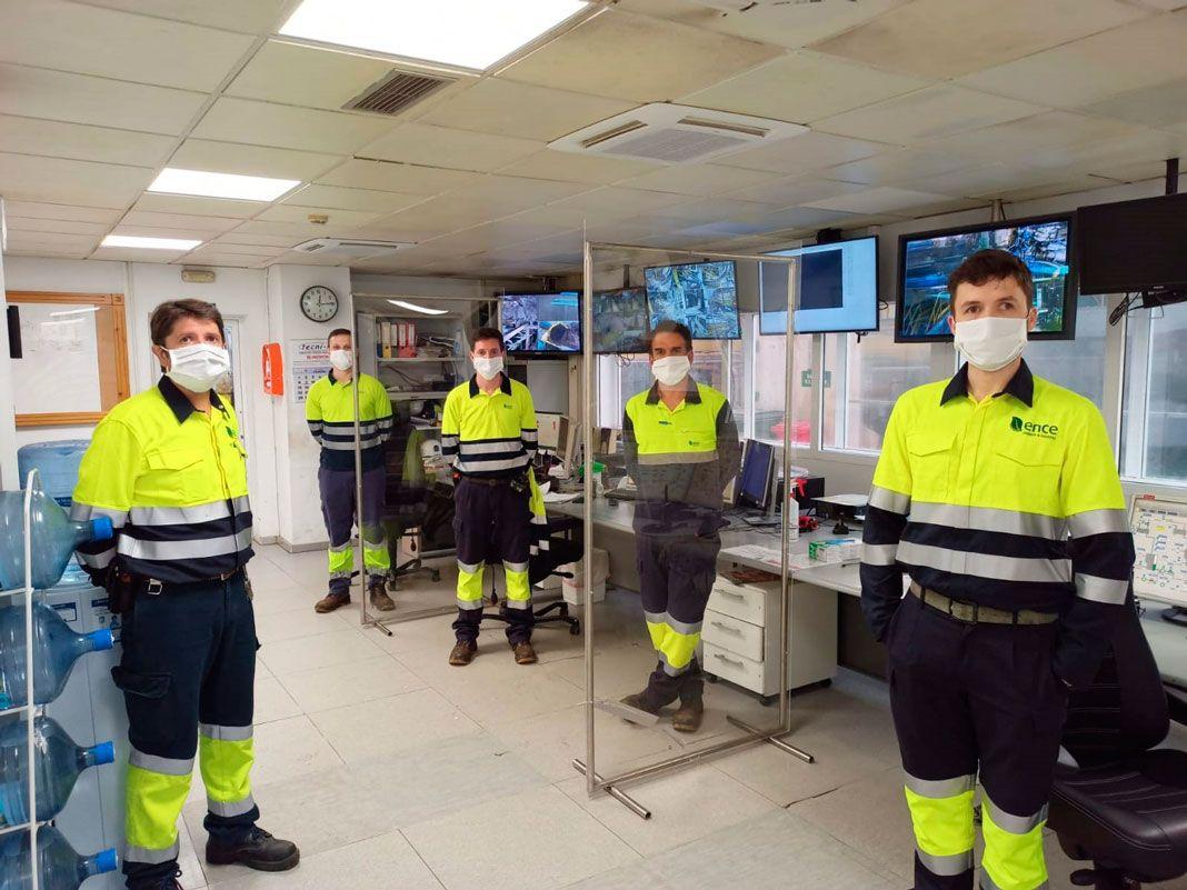 Trabajadores en el interior de la empresa ENCE