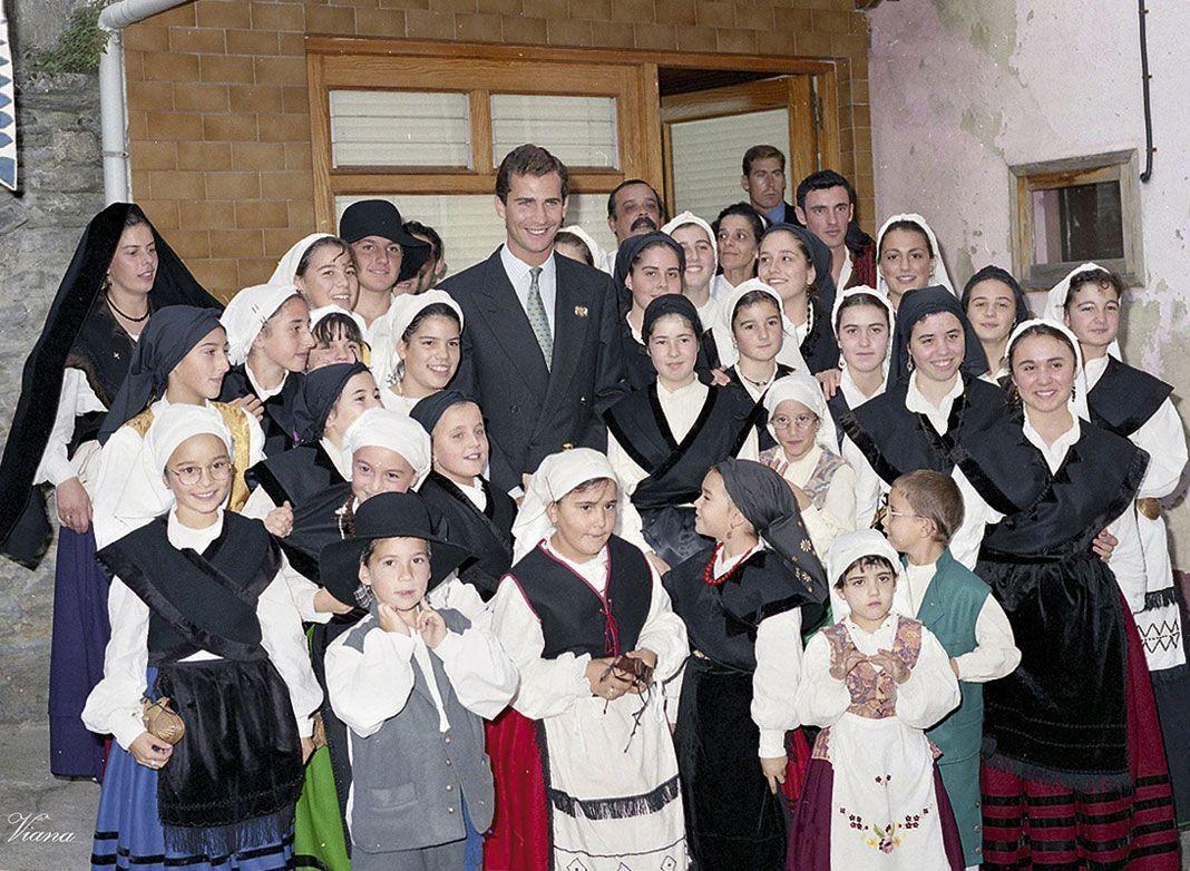 El entonces Príncipe de Asturias, Don Felipe de Borbón, con un grupo de baile local durante la entrega del Pueblo Ejemplar