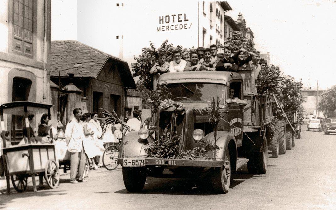 Camión de Severón participando en un desfile festivo, s. XX