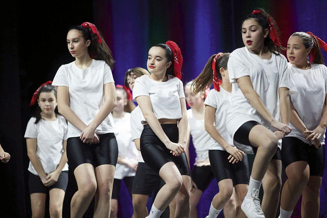 Una de las actuaciones del grupo de danza Las Zapatillas Rojas de Navia