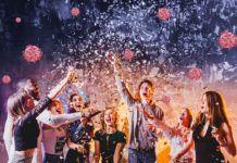 Jóvenes en una fiesta sin preocuparse por los contagios.