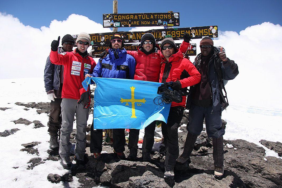 Cumbre en el Ururu Peak (Monte Kilimanjaro), el techo de África