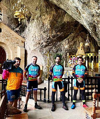 """Expedición """"la Asturias post Confinamiento"""". Fin de etapa 1 ante la Santina, en Covadonga. Le acompañan Borja Hevia (Operador de cámara), David Alba (Alvemaco) y Ferchi Torre (mecánico ciclista)"""