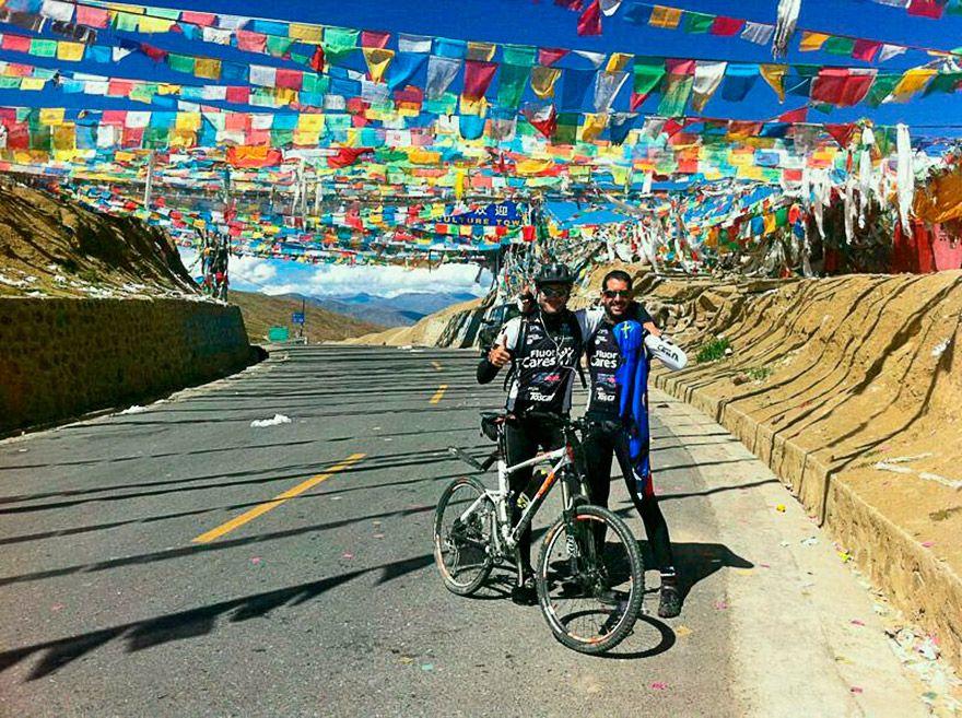 Marco Rodríguez en la travesía Lhasa-Katmandú con su amigo Luis Gil