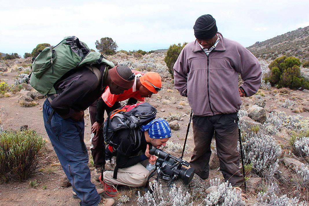 Marco Rodríguez visionando imágenes con los guías en el Kilimanjaro