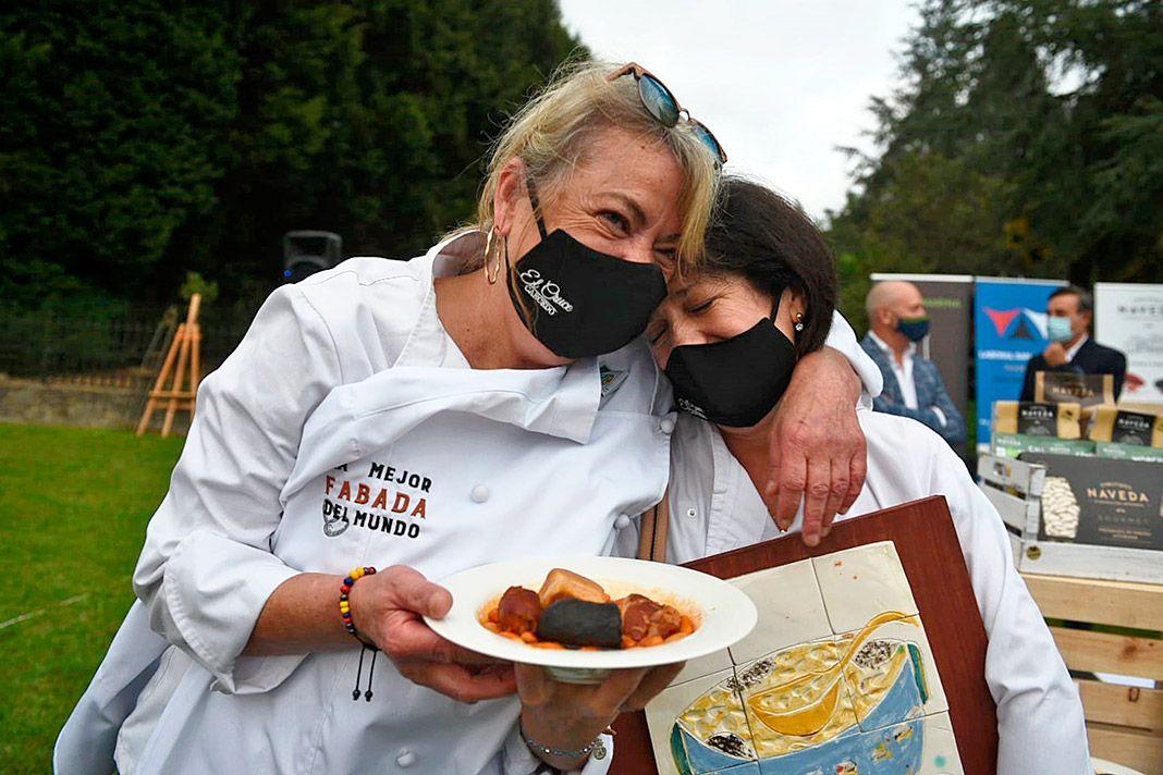La cocinera Ana Aspiazu y su ayudante Rosa María Vales tras recibir el reconocimiento a la Mejor Fabada del Mundo 2020